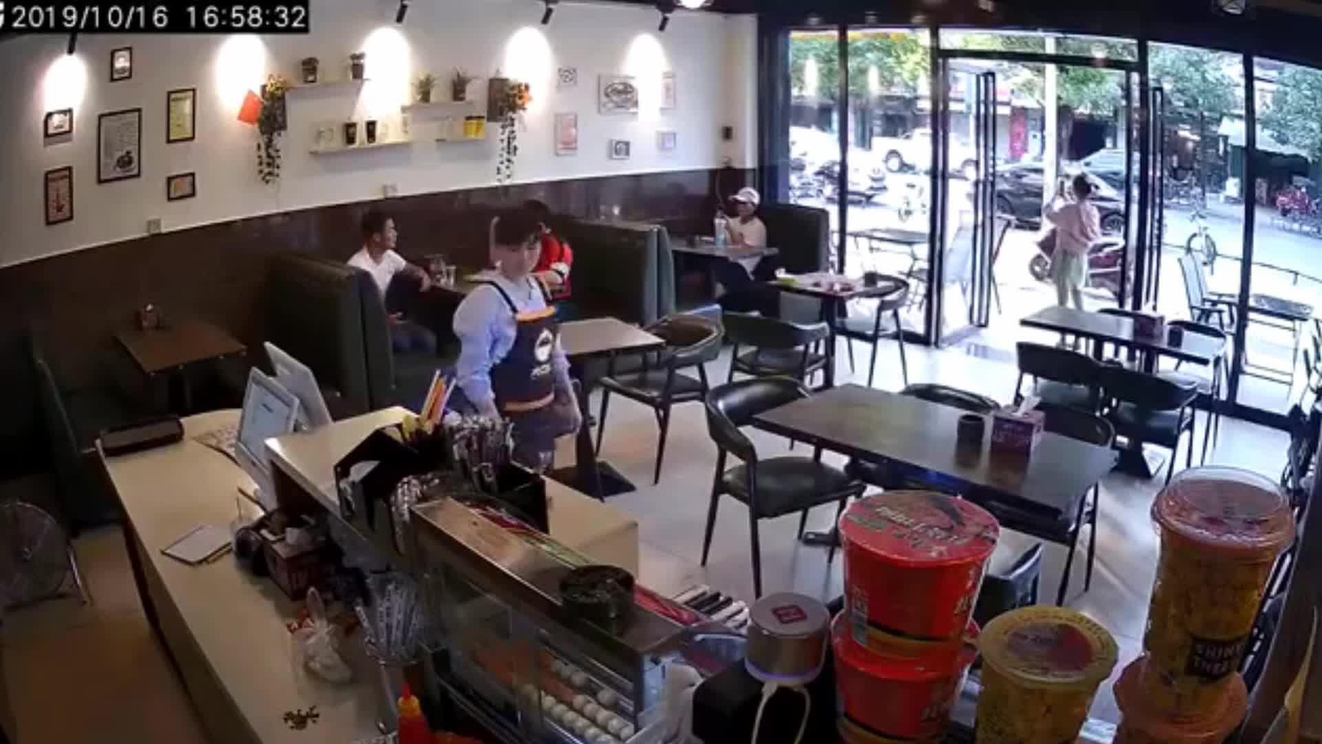 女孩奶茶店被打 警方:系不小心擦碰引起纠纷,打人者被拘15日