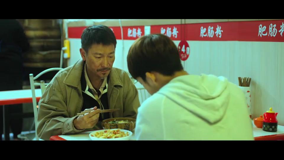 失孤:刘德华和井柏然吃霸王餐,刷碗还债后,老板娘看上井柏然了