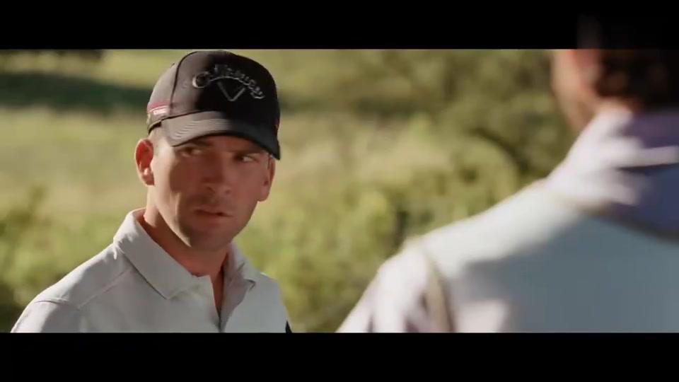 高尔夫球手比赛大失利后重返赛场,不料发球失误,被人看笑话