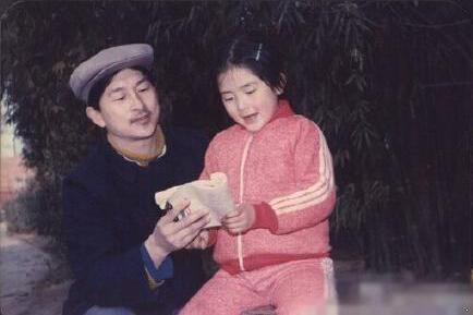 谢娜晒爸爸教童年的自己读书,很有镜头感,被何炅调侃是摆拍高手
