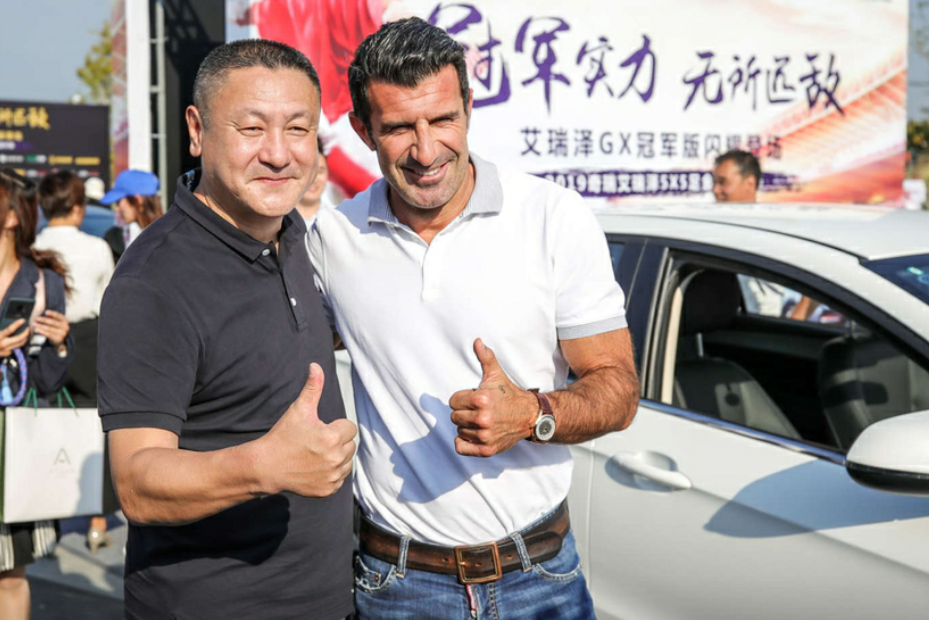 前世界足球先生菲戈与前国脚马明宇参加足金联赛揭幕式