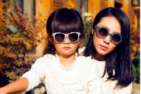 孙莉昔日带女儿拍写真,黄多多厚刘海机灵,与妈妈穿姐妹装超自信