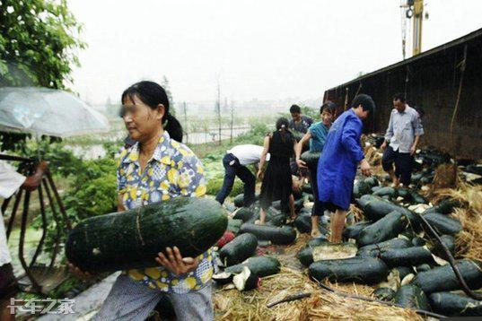 从村民哄抢井盖事件说起,货车侧翻该如何保护货物