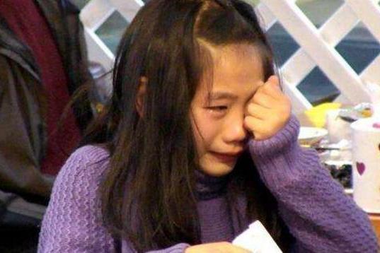 父母为了钱变身魔鬼?6岁女童模年赚1000万,仍然被打骂虐待