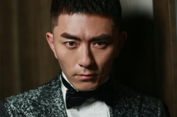 张宁江亮相丝绸之路国际电影节 复古西装优雅成熟