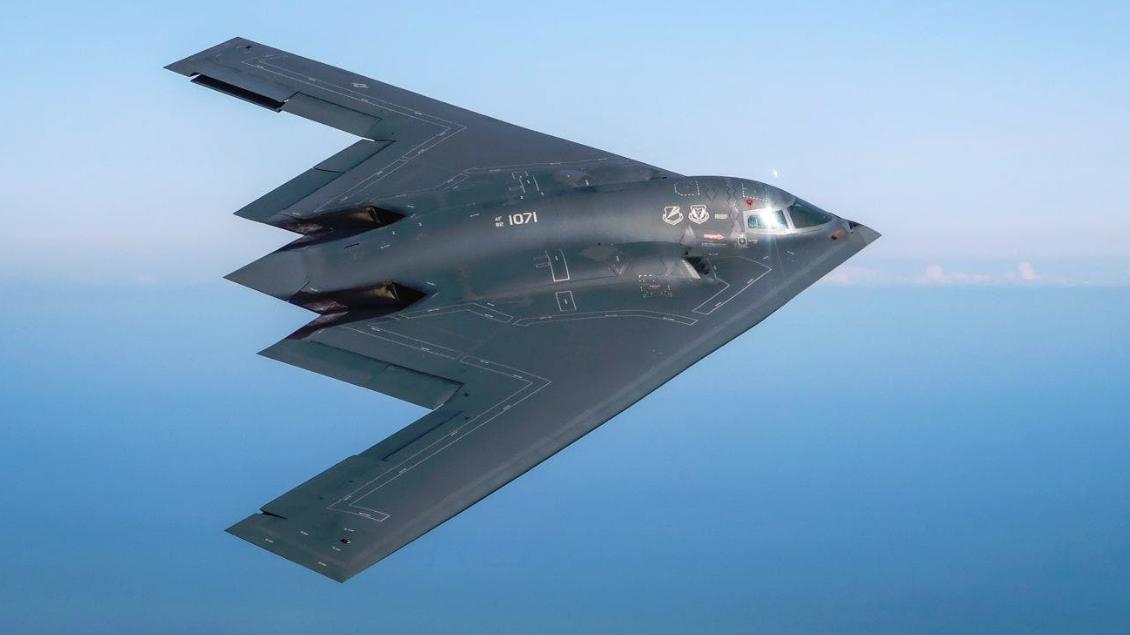 首次长时间飞越美军B-2隐身轰炸机飞越北极圈
