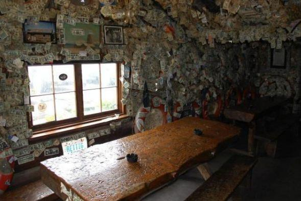 """全球最""""多金""""的酒吧:墙壁天花板都贴满美金,预估至少有2000万"""