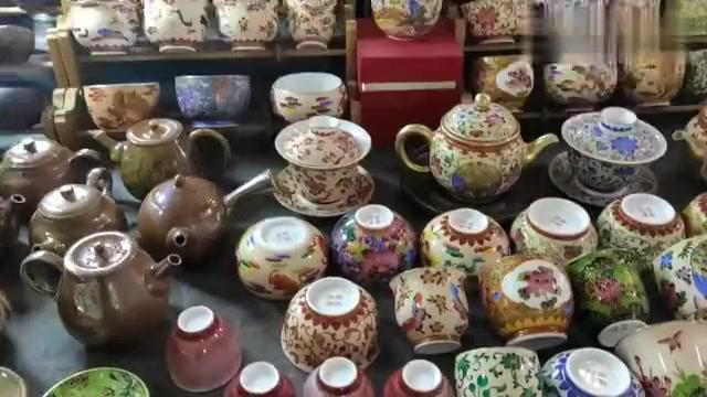 粉彩爬花作品,是景德镇传统陶瓷工艺之一,喜欢看看