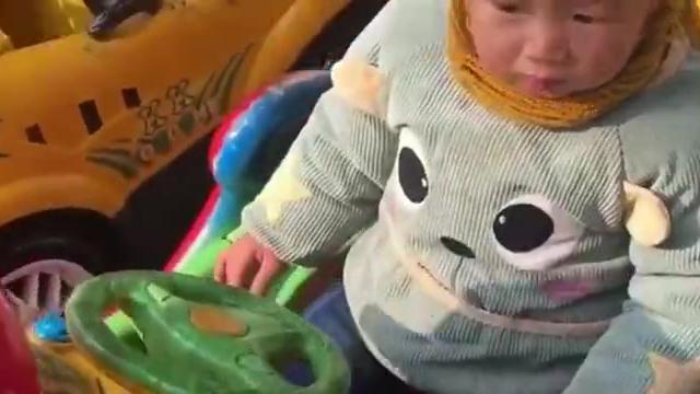 小宝宝终于坐在了喜欢的摇摇车上了,没想到能笑得这么开心,好萌