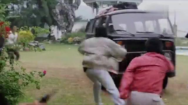 英雄好汉:要知道大巴车可是非常厚实的,凭这小手枪,还想打烂?