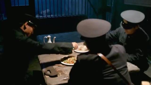 警长秘密处决小伙,以为天衣无缝,谁料下秒警署直接被军队踏平!