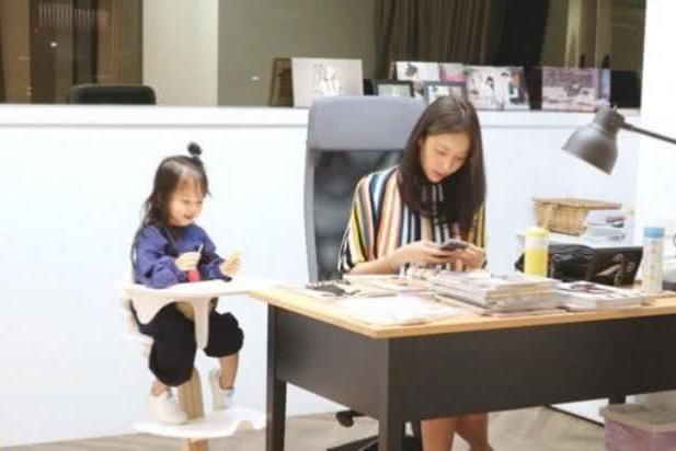 隋棠罕见晒二胎近照,2岁女儿梳丸子头貌美可爱,不输女神妈妈