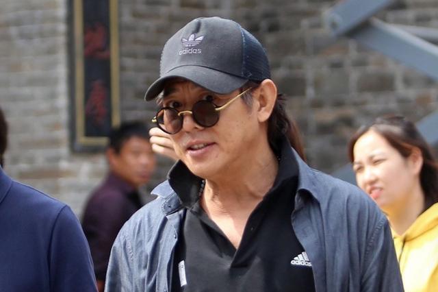 56岁李连杰现身电影小镇浓密黑发抢镜,状态回勇再现昔日打星风采