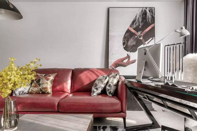 140㎡,一套鲜艳的猪肝红皮沙发,瞬间点亮了空间的时尚设计感
