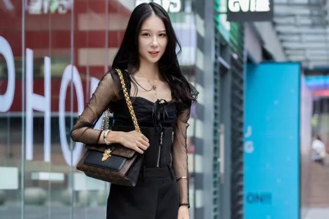 街拍美女:黑色的搭配十分的有魅力,带着些许的帅气。