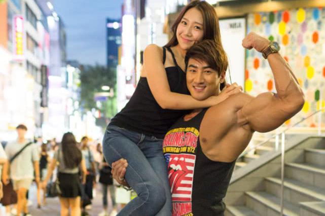 盘点肌肉巨兽黄哲勋与女粉丝合照,轻松将她抗在肩上!