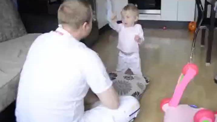 宝宝一本正经的和爸爸吵架,小手超有气势,训话爸爸太可爱了