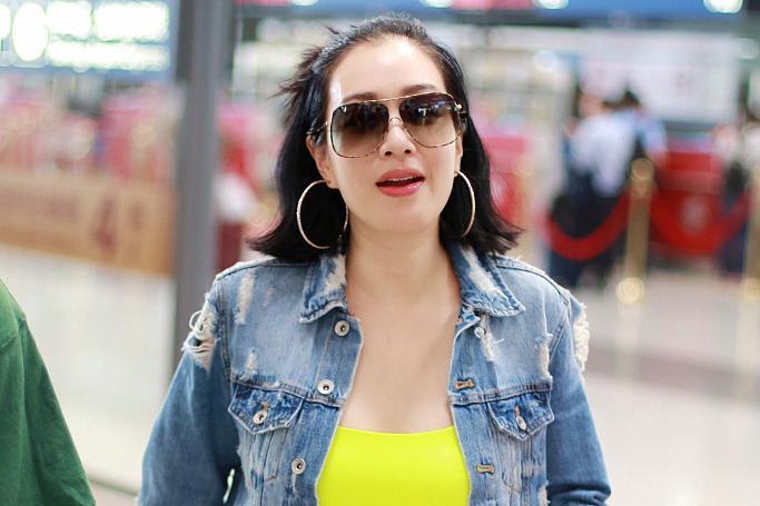 钟丽缇穿牛仔套装现身机场,搭配荧光绿打底衫,靓丽吸睛很减龄
