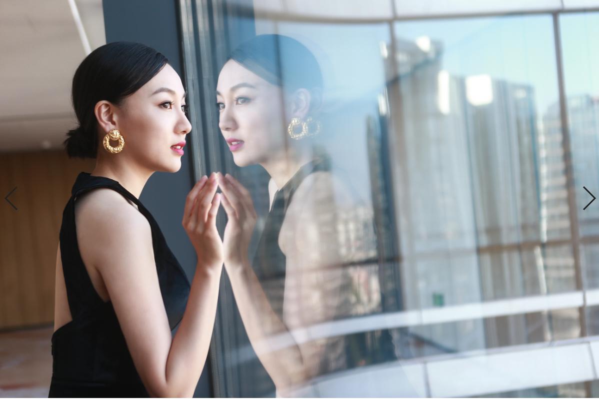 夏恩亮相丝绸之路国际电影节闭幕式 一袭长裙尽显窈窕身姿