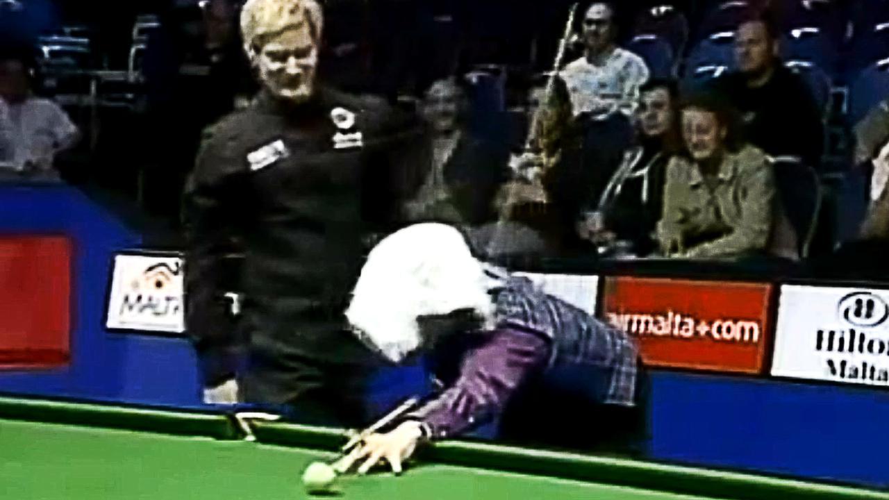 斯诺克比赛戏剧性一刻,罗伯逊把毛巾盖在达赫迪头上,观众笑翻了