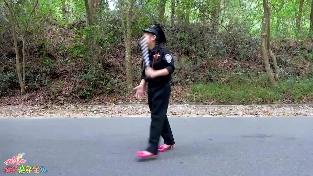 小萝莉警察抓住超速的人!要遵守交通规则哦!萌娃小警察!