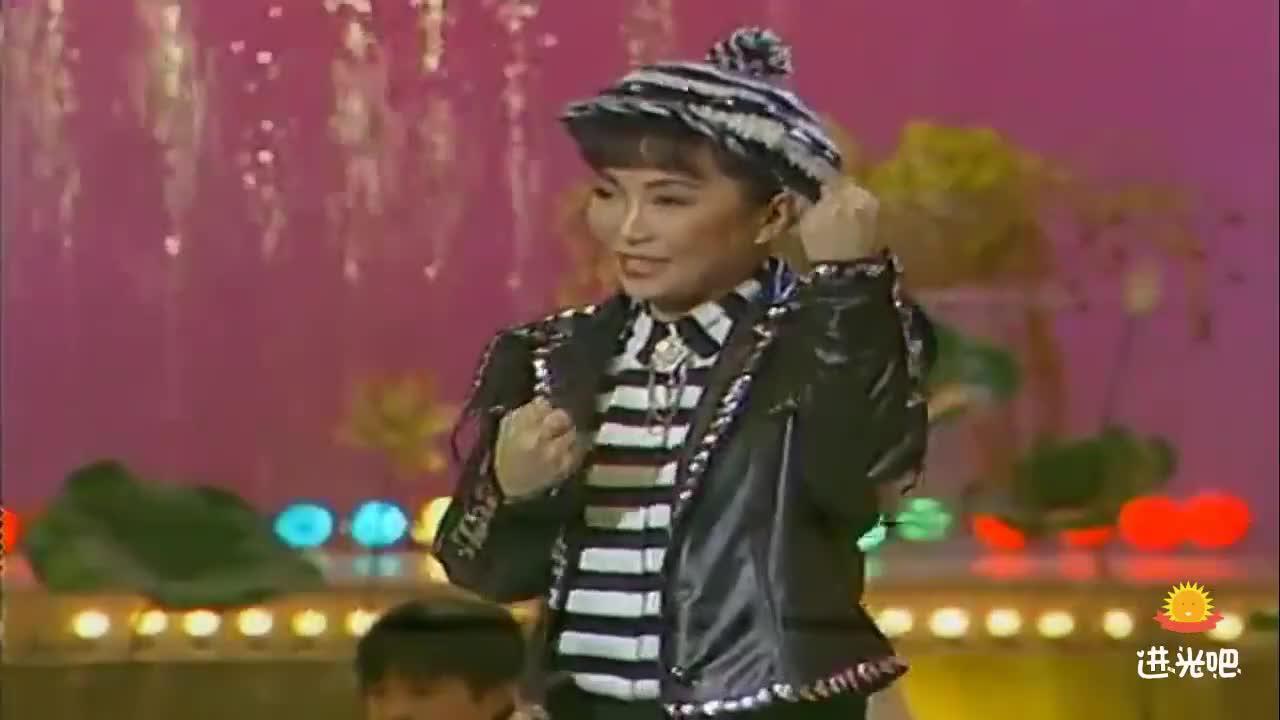 程琳《好小子》与武术队的小伙子们在台上耍起武功