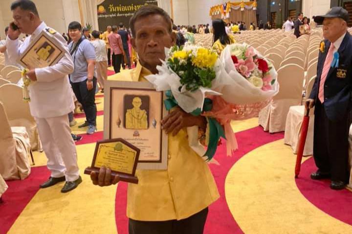 老子英雄儿好汉,昨天,播求的父亲得了一项大奖!
