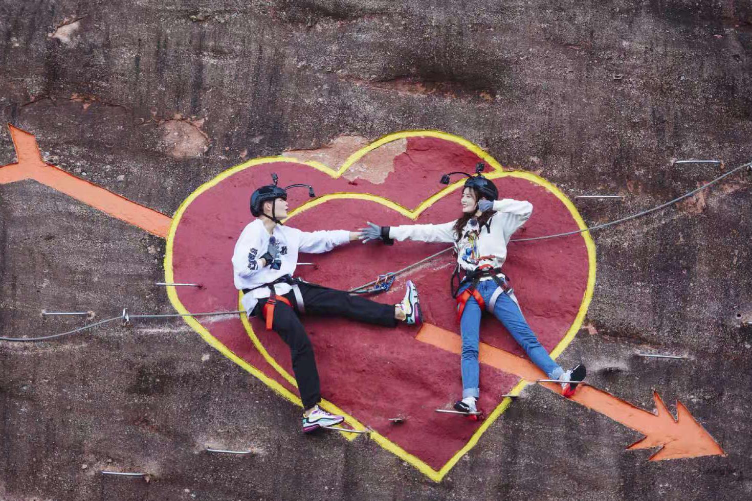 张铭恩携女友去攀岩,徐璐终于穿长裤,搭配双马尾发型甜美又减龄