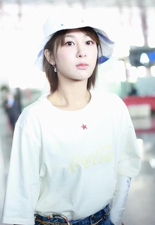 杨紫短袖T恤叠穿打底衫,时尚新潮流,面带桃花红唇可人!
