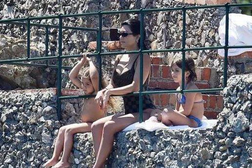 考特尼·卡戴珊意大利海边度假,礼帽配花裙像名著中的贵妇