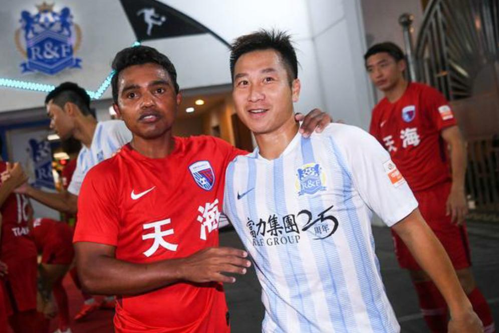 中超第24轮天津天海外援雷纳迪尼奥与广州富力队友们打招呼