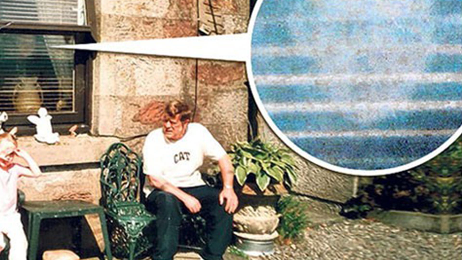 老人在拍照的时候竟拍到了42年前的自己平行宇宙真的存在