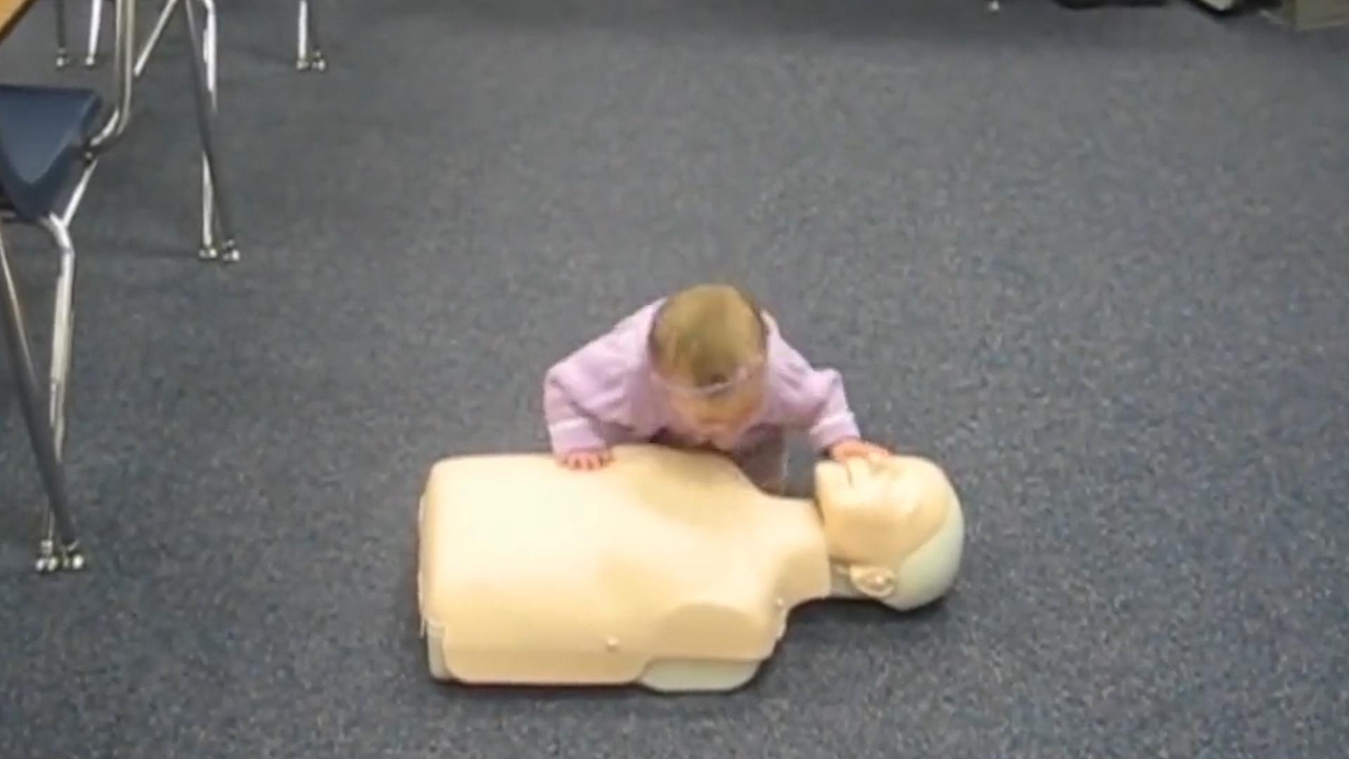 让八个月小女娃演示如何进行心肺复苏术,我反正是看呆了,神人啊