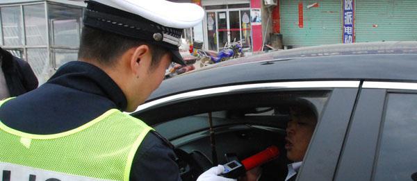 囧哥:父亲替酒驾儿子开车被抓