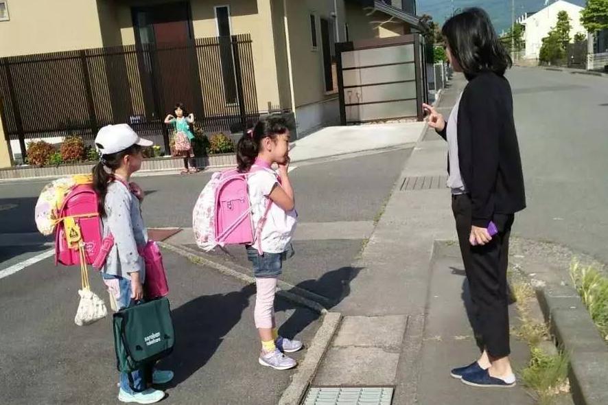 实拍独立上学的日本孩子,他们的家长真有那么懒吗?