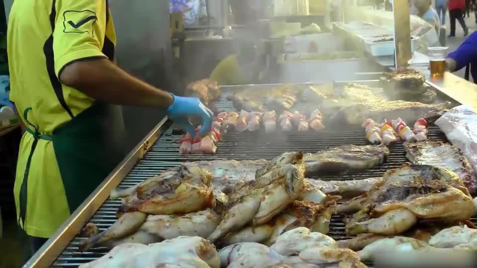 巴西街头BBQ,有排骨,香肠,烤肉串,网友这才是真正的烧烤