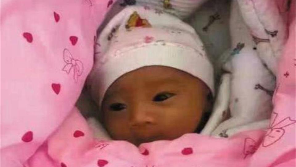 28岁女子在公园厕所捡到一名弃婴,送医检查后,女子乐不可支