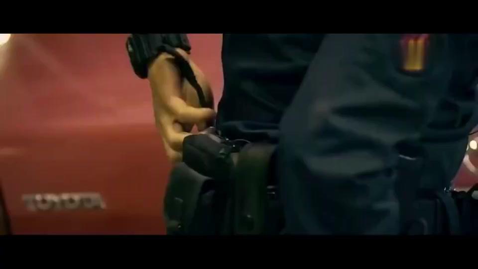 拆弹专家:宋佳手中被绑手雷,还好刘德华及时赶到,化险为夷