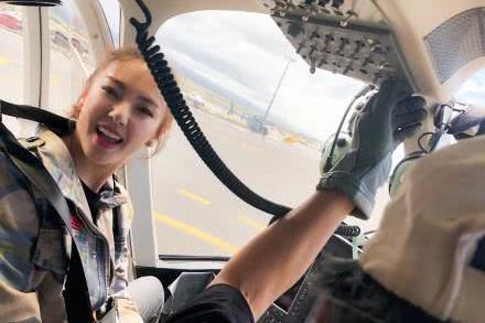 """张雨绮坐直升机高空游玩,化身酷炫女飞行员,直言""""开心到飞起"""""""