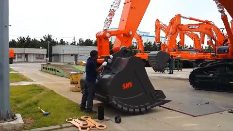 挖掘机换铲斗不是老司机谁敢上手
