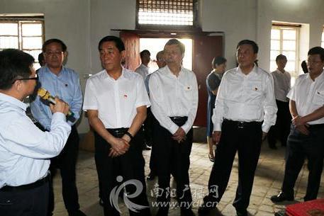 张文深带领市厅级领导同志到中共南阳第一支部旧址参观学习