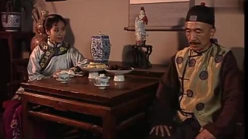 银红询问李公子近况,刘罗锅直言心中有她,可视乎银红不是很开心