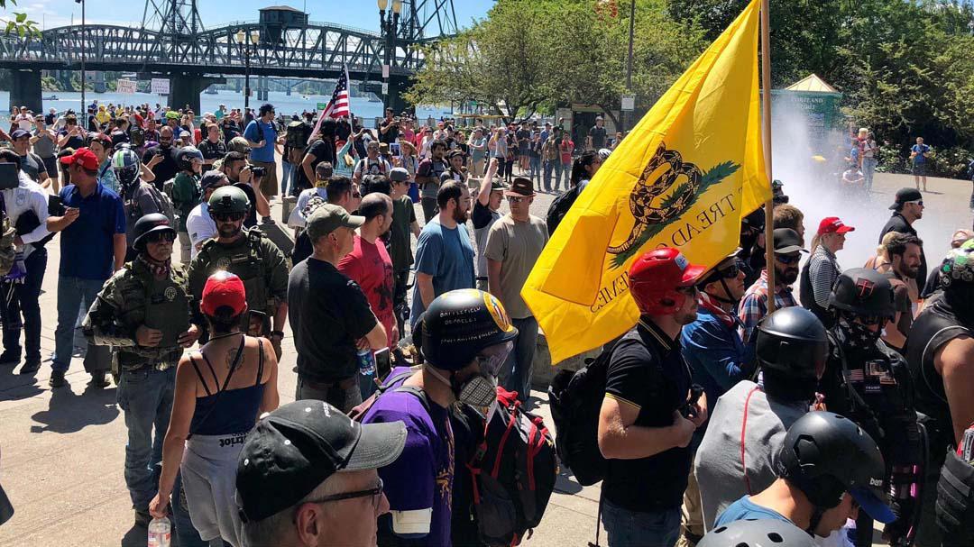 美左右翼抗议者正面交锋,特朗普发推火上浇油