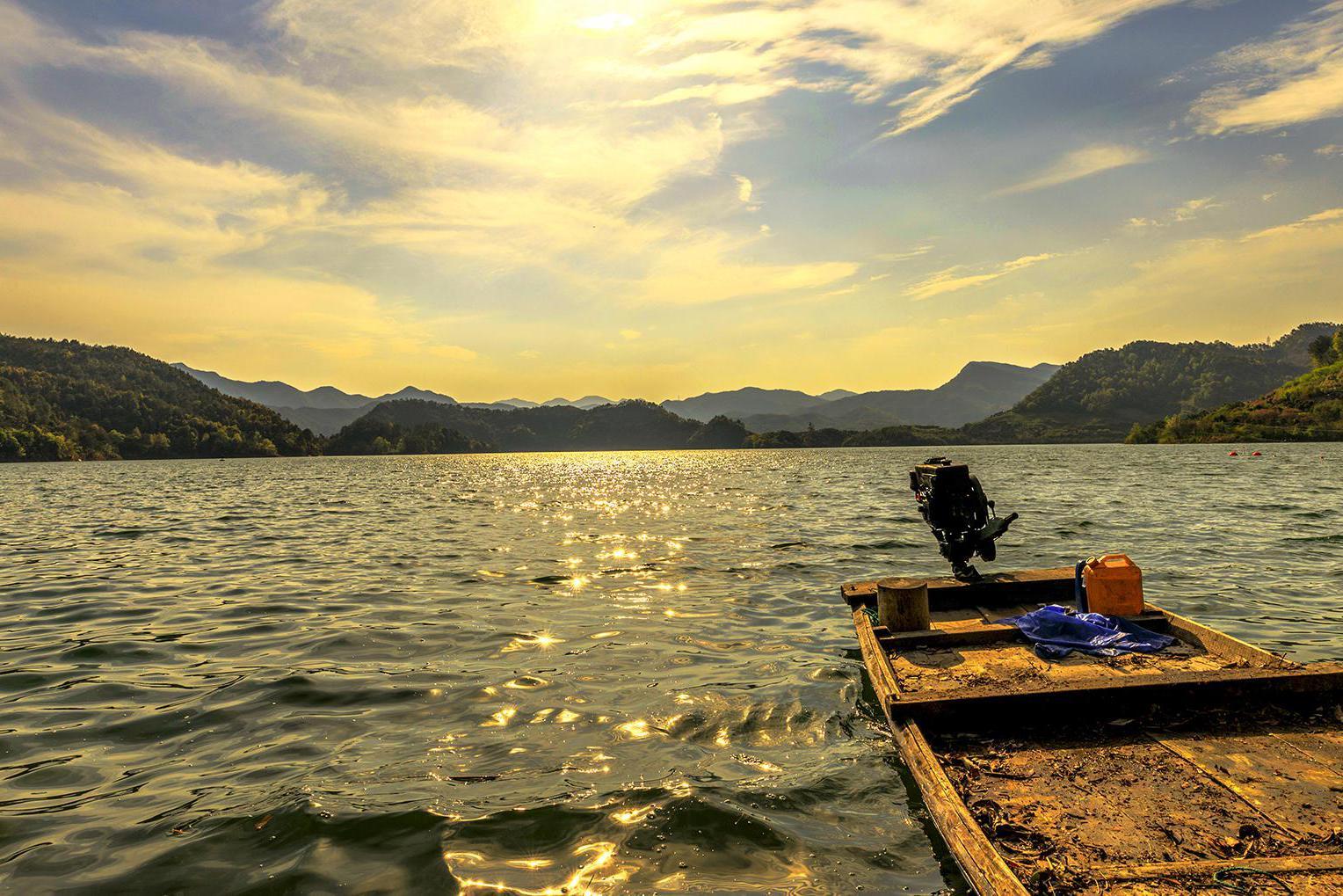 防止游客聚集将湖水染黑