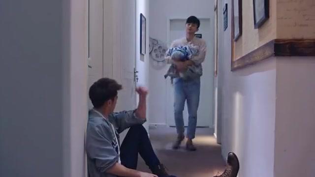 肌肉男为护富家女周全,蹲在房间门口守一夜,是真爱了