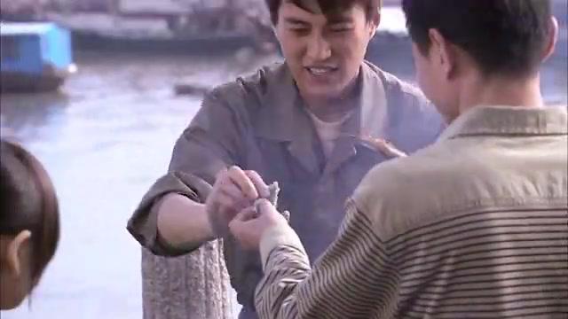 小伙街头卖烤鱼,往鱼的身上加上点辣椒和蒜,那叫一个香