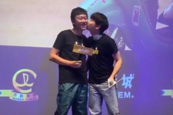 彭昱畅和导演互吻否认片场被欺负,大家还会心疼他吗?