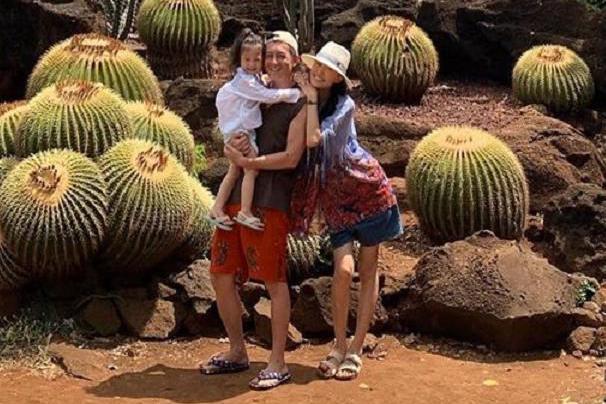 陈冠希抱着女儿秦舒培挂在他身上,一家三口同框笑容超幸福