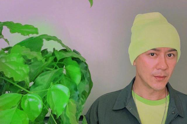 49岁陈浩民头戴绿帽尖下巴示人撞脸江华,承认微调后脸部变化明显