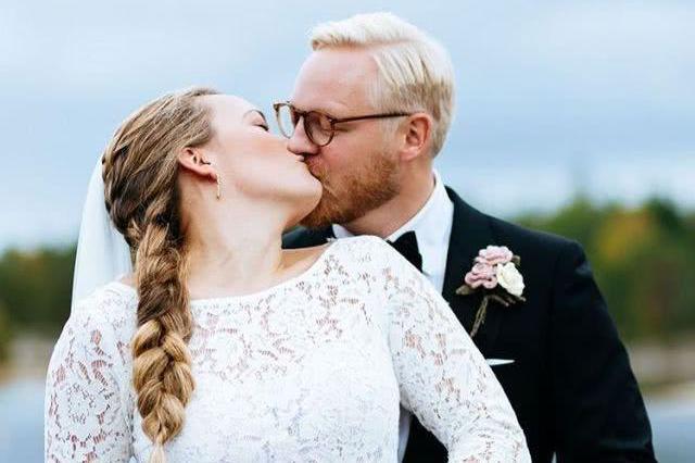 郎才女貌!30岁冰壶奥运冠军大婚,在亲朋好友的祝福中与老公热吻